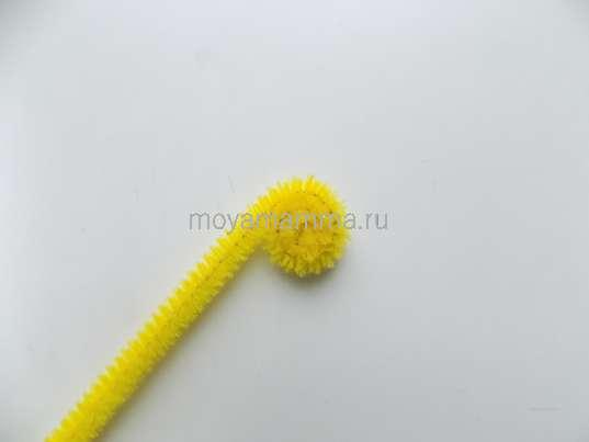 Скручивание желтой синельной проволоки