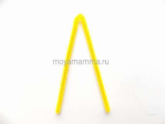 Сгибание желтой синельной проволоки
