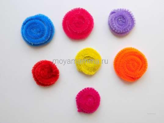 Несколько цветочков разного цвета и разного размера.