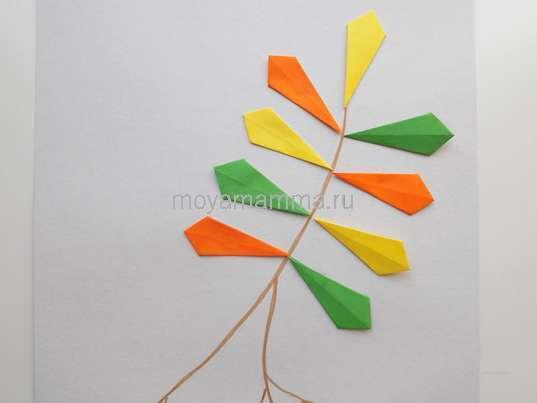 Поделки на тему осень. Приклеивание разноцветных листочков