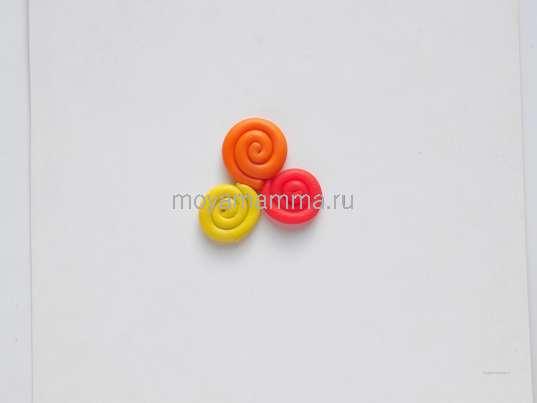 кружочки, сделанные из пластилина красного, желтого и оранжевого цвета