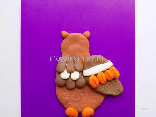 На голове совы характерные выступы, сделанные из светло-коричневого пластилина.