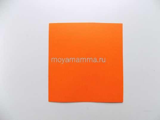 Квадрат оранжевой бумаги.
