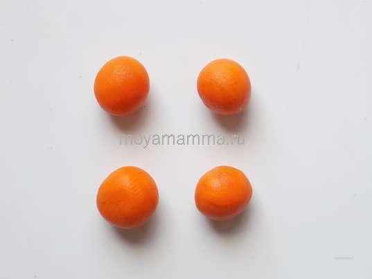 4 шарика одинакового размера из пластилина того же цвета