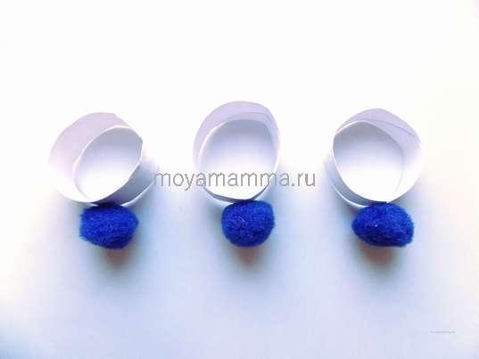 Приклеивание синих помпонов