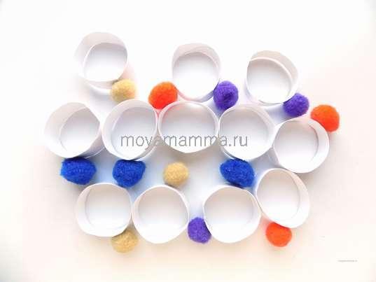 колечки с цветными помпонами